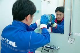 鏡に付着した水アカをお掃除